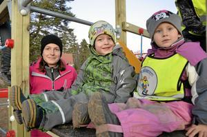Välkommen lekplats. Karin Lavestedt är glad att den nya lekplatsen nu är klar. Med sig på invigningen hade hon sonen Ture och hans kompis Maja Eriksson.