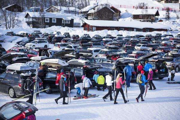 En vanlig dag sportlovsdag har Ramundberget 2 500 gäster. De flesta kommer med bil och för att få parkeringspusslet att feúngera finns fyra triveslvärdar på plats.