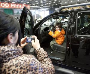 Fokus på bilar. Bilar är fyraårige Messi Jabras favoritintresse. Därför såg han till att mamma Melissa och övriga familjen följde med till bilmässan i Västerås i lördags.foto: ulf axelson