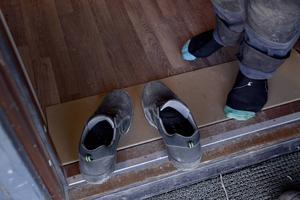 De springer in och ut i lägenheterna och tar av sig skorna varje gång.