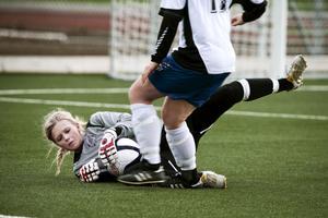 Bella Nordlund var en av BIK:s bättre spelare i förlustmatchen mot Burträsk. BIK förlorade båda matcherna i helgen. Foto: JENNIE JOHANSSON/ARKIV