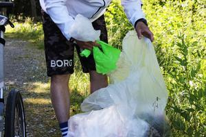 Familjen Lindnord använder genomskinliga sopsäckar att samla skräpet i. På så vis kan de åka  och lämna skräpet på Må soptipp sedan.