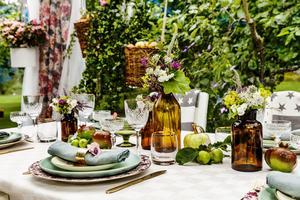 Frukt och blommor från trädgården blir en del av de omsorgsfullt dukade borden.