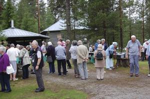Besökande britter som köar för svenskt fika.