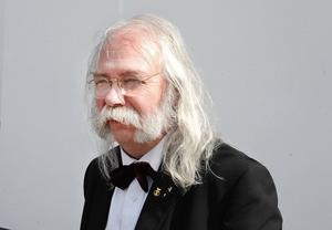 Pär Höglund: uppskattad rektor som fick blommor.