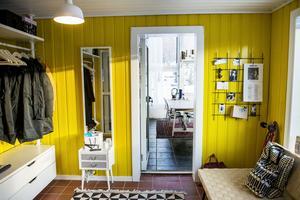 Hallen har målats knallgul och känns välkomnande och livgivande.