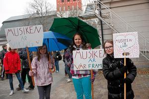 Josefin Larsson, Ellen Kjellin och Izabelle Nilsson demonstrerade utanför Ekebyskolan före mötet.
