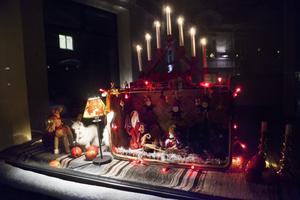 Anita Lööv sprider själv julstämning genom ett övergivet skyltfönster på Gamla kyrkogatan.