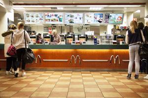 McDonalds i Stenstan är särskilt populärt bland ungdomar, som äter glass, cheeseburgare och umgås.