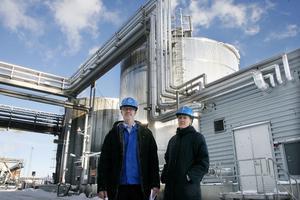 Iggesunds bruk har investerat i en beckoljecistern och nya brännare till oljepannan för att kunna elda beckolja i stället för fossil olja. Energisamordnare Klas Simes och miljöchef Agneta Lindemo Larsson framför den nya cisternen.