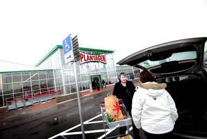 Besökare. Åsa Norling tvingades köa i över 40 minuter, innan hon kunde packa in sina nyinköpta varor i bilen och åka hem.
