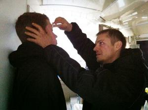 Joel Kinnaman tar bort sminket i Mattias ansikte.