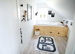 Sängstommen i plywood har Sanna och Henrik byggt själva. Sanna ville ställa sängen längs rummets kortsida för att sonen Julius skulle få mer yta att leka på.