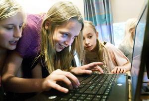 Annie, Evelina och Malin jobbar med bloggen, en av många saker som ska presenteras vid tävlingen.