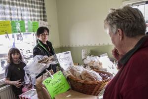 Karin Willing och dottern Lotta sålde surdegsbröd och ostar på marknaden i Näsviken.