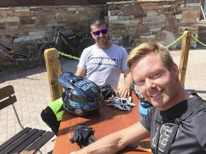 Konkurrenterna är ofta träningskompisar, här Patrik Sandell och GRC-ledaren Ken Block under ett downhillpass.