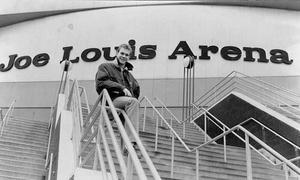 Förre VIK-backen Nicklas Lidström gör succé i sin nya klubb, NHL-laget Detroit Red Wings. I hemmaarenan, Joe Louis arena, börjar Nicklas blie ett välbekant namn. Men ute på stan kan han gå ostörd - än så länge...