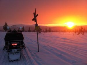 Ledåkning i Lofsdalen i solnedgångens sken. Fotograf: Pelle Näslund