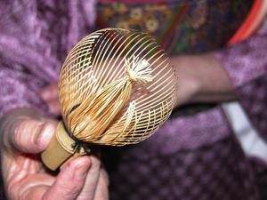 Skickligt hantverkt. Bambuvispen är utskuren ur en enda bambustång. Foto:Annki Hällberg