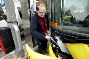 """Det blev inte full tank den här gången heller. Drygt 132 kubikmeter biogas, som alltså är metangas, gick i tanken. Sedan tog det slut. """"En halv tank brukar vi försöka tanka, men det är inte alltid det räcker till det"""", säger Åsa Olofsson från Stadsbussarna."""