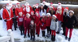 Tomtar men även tärnor och en pepparkaksgubbe önskade grannskapet på Notgården en god jul.