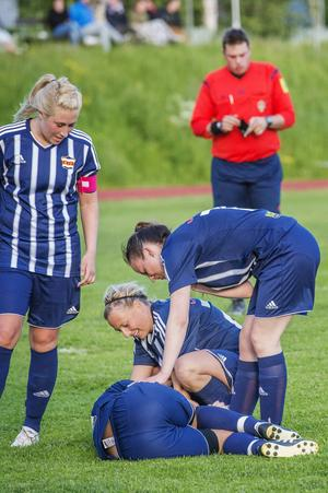 Bilden ser värre ut än vad det är. Lina Candell har just avgjort för sitt Kovland mot Ånge med sitt 3–1-mål, ett mål hon fick sig en smäll över knät i samband med.