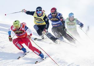 Jämten Erik Mobärg, andra åkaren till höger, avslutade VC-säsongen med en 29:e plats i Blue Mountain, Kanada.