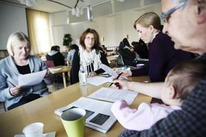 Hur kan vi bemöta och hjälpa den här kvinnan, funderar, från vänster Grethe Eklund, Maria Hansen, Larisa Hedenmalm och Benkt Åbom med lilla Astrid i knäet.