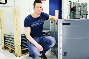 Jens Buvik jobbar bland annat med att förbättra denna vikbara låda åt Volvo, där det har visat sig att locket är den svagaste punkten. Kan man lösa det kan det handla om ett jätteprojekt för Nefab och som leder till nya jobb.