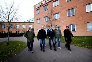 Upp till 26 personer kan det vara i gruppen som har sina walk and talk-möten, men i torsdags jobbade många hemifrån. De hurtiga mötesdeltagarna då var: Lars Wallman, Joacim Wall, Mikaela Hedberg, Magnus Dahlén, Anders Hedlund, Jan Eriksson och Anna-Maj Jansson.