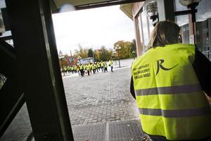 Reumatikerna tågade i samlad tropp genom Ljusdal, från Stadtparken till förvaltningshuset, där mötet hölls.