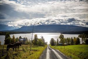 Juni: Vackra Sällsjö i den jämtländska fjällvärlden.