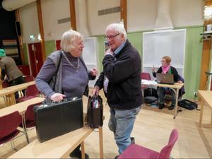 Elof Bergström får förklara för partikamraten Ingegerd Fjällgärde om varför han röstade ja till att Härjedalens kommun ska ta emot 60 flyktingar.