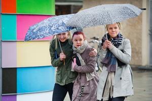 Paraplyerna var många i centrala Örebro under tisdagen.