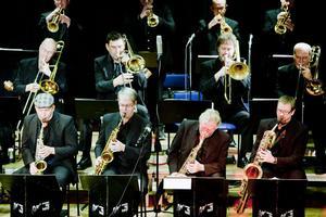 Det svängde rejält i Kyrkskolans aula i lördags kväll när Sandviken Big Band bjöd på det som de är allra bäst på - att tolka jazzlegendaren Count Basies musik.