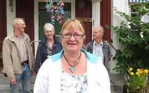 Glada miner när klassmorfar/klassmormor är tillbaka i Dalarna. Agneta Niwong är ny projektledare. Hon backas upp av Kjell Englund, ordförande i länsföreningen Christina Thorsén, blivande klassmormor och Ulf Cohag, pensionerad klassmorfar och tidigare proj