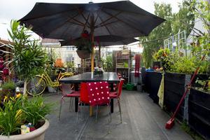 Under det stora parasollet och vid det långa rustika matbordet får det plats många till middagen.