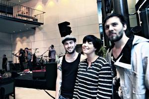 """Tobias Östgren, Helen Lättman och Anton Söderhäll hittade en plats nära scenen innan Beardfish skulle kliva på. """"Jag är bara här för att det är roligt"""", sa Anton Söderhäll, som annars spelar ihop med Ida Long och gör musikvideos när han inte jobbar som projektledare på Söders källa."""