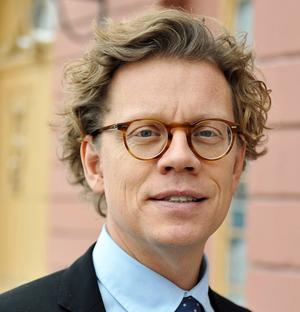 Pereric Högberg tog studenten på Katrinelunds gymnasium 1987, nu blir han Sveriges ambassadör i Vietnam.  Medelpads senaste ambassadör var Gunilla Olofssson från Tynderö, som var ambassadör i Lissabon 2002–2004.