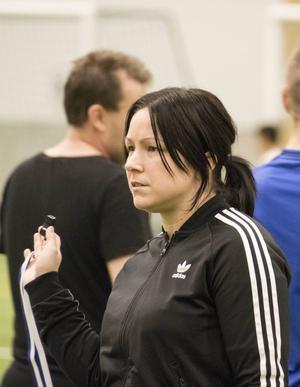 Angelica Lindholm-Forsell, 30 år, tidigare skyttedrottning i SDFF:   – Ja, det blir väl det gamla klyschiga nu när man slutat med fotboll är det väl dags att komma ur soffan och träna själv så man inte växer fast.