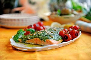 Bjud på en avslappnad middag till påsk. En hemgjord örtpesto ger riktigt mycket smak åt laxsidan, som sköter sig själv i ugnen.