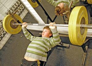För Eddie Berglund är 80 kilo ingen match. Hans personliga rekord i bänkpress är nära på dubbelt så tungt.