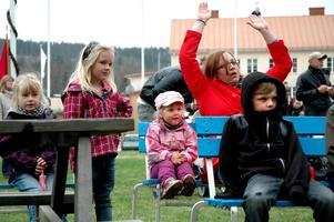Sången Fader Abraham gick hem hos barnen och hos Hanna Wengelin (i röd jacka).