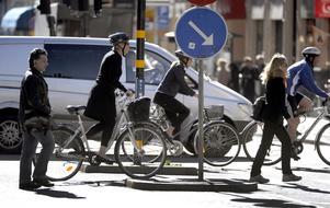 Olämpligt. Det är olämpligt för cyklister att korsa en väg på ett övergångsställe. Gör man det har man väjningsplikt både mot gående och mot fordon.Foto: Scanpix