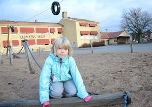 Bjuder politikerna. Ebba Malm 6 år tycker hennes skolgård på Ekbackens skola i Fellingsbro är dålig och vill gärna diskutera detta med de som bestämmer.