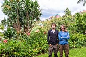 Marcus Westberg och Karin Wallén i hotellets trädgård i Buvaku under söndagen.