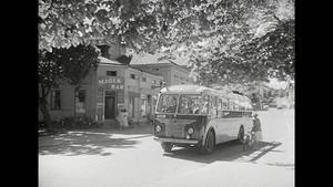 Turistbussen på väg österut på Storgatan i Hudiksvall. Notera