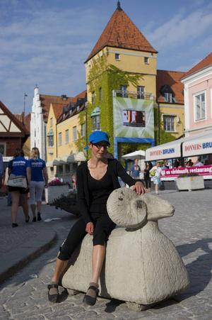 Dramatikern Stina Oscarson, här fotograferad i Visby, kommer bland annat att leda ett samtal med ärkebiskopen Antje Jackelén under Almedalsveckan.