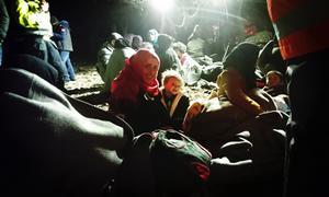 Många mammor reser ensamma med tre eller fyra barn. Som volontär är den viktigaste uppgiften att hjälpa till att hålla ihop familjerna, vilket kan vara svårt i mörkret och den uppjagad stämningen. Vi ser också till att barn och mammor blir torra och varma.