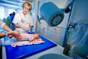 I söndags föddes den här pojken som ska heta Vilhelm och han får nu vård på avd 109 neonatal där barnsjuksköterskan Helene Wahlin arbetarFoto: Ulrika Andersson